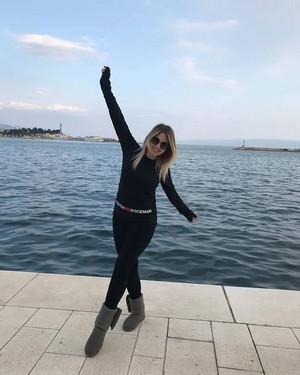 Milica Todorović na odmoru sa sestrom