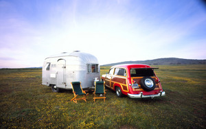 1950 Ford Woody parked suivant to a 1952 Airstream Cruisette