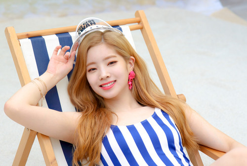 Twice (JYP Ent) 壁紙 titled Dahyun 'Dance the Night Away' behind