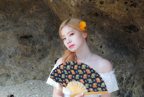 Twice (JYP Ent) achtergrond called Dahyun 'Dance the Night Away' behind