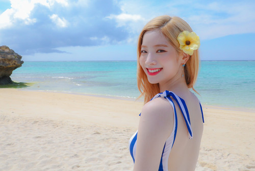 Twice (JYP Ent) achtergrond entitled Dahyun 'Dance the Night Away' behind