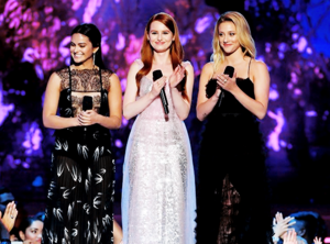 Lili, Camila and Madelaine Petsch present 'Best Performance in a Shaw' award at 音乐电视 Movie Awards