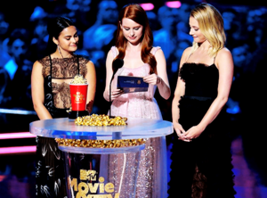 Lili, Camila and Madelaine Petsch present 'Best Performance in a Shaw' award at एमटीवी Movie Awards