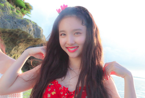 Twice (JYP Ent) वॉलपेपर entitled Nayeon 'Dance the Night Away' behind