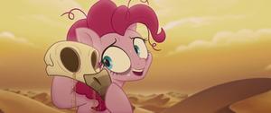 Pinkie Pie picks up a 무자비한 사람, 독수리 skull MLPTM