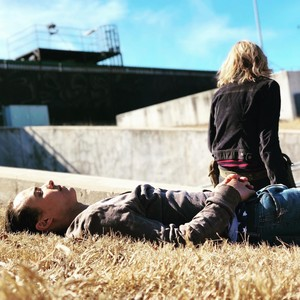 Season 4 Set ছবি ~ Frank Dillane and Kim Dickens