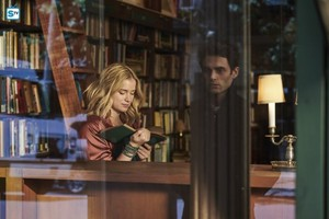 """You """"Pilot"""" (1x01) promotional picture"""