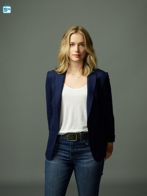 You Season 1 - Guinevere Beck Official Picture