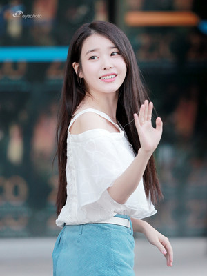 180811 iu arriving at Zico's Solo concierto