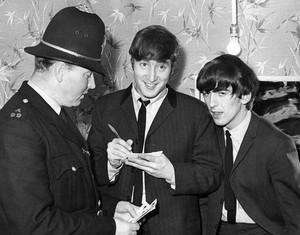 Even cops प्यार the Beatles! ❤