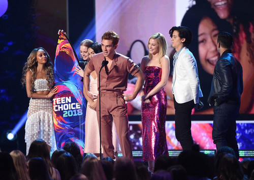 Riverdale (2017 TV series) پیپر وال entitled لومڑی Teen Choice Awards