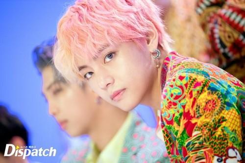 वी (बी टी एस )#A club for Kim Taehyung a.k.a V, the vocalist of BTS! वॉलपेपर called IDOL MV