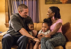 "Shameless ""Mo White for President"" (9x02) promotional picture"