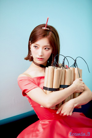 'Love Bomb' MV behind - Saerom