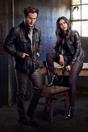 vị tha, ngựa vằn, condor Season 1 Official Picture - Deacon Mailer and Gabrielle Joubert