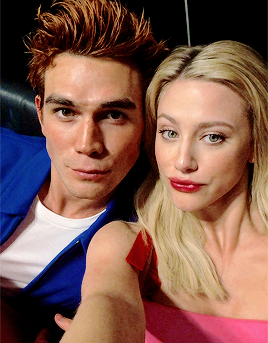 Riverdale (2017 TV series) 壁纸 called Lili Reinhart, Madchen Amick, KJ Apa and Luke Perry attend New York Comic Con on October 7, 2018