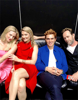 Riverdale (2017 TV series) fond d'écran entitled Lili Reinhart, Madchen Amick, KJ Apa and Luke Perry attend New York Comic Con on October 7, 2018