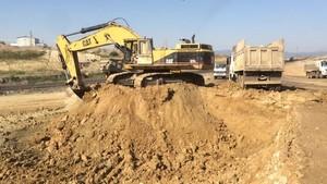 PT Amir Hajar Kilsi Cat 375 Excavator लोडिंग Trucks 326