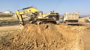 PT Amir Hajar Kilsi Cat 375 Excavator लोडिंग Trucks 327
