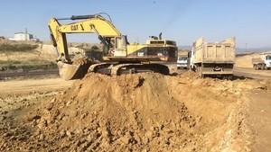 PT Amir Hajar Kilsi Cat 375 Excavator लोडिंग Trucks 329