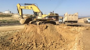 PT Amir Hajar Kilsi Cat 375 Excavator लोडिंग Trucks 330