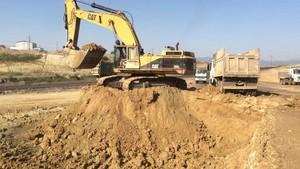 PT Amir Hajar Kilsi Cat 375 Excavator लोडिंग Trucks 332