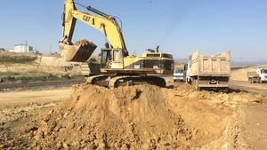 PT Amir Hajar Kilsi Cat 375 Excavator लोडिंग Trucks 333
