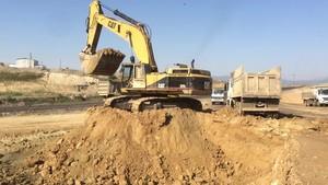 PT Amir Hajar Kilsi Cat 375 Excavator लोडिंग Trucks 334