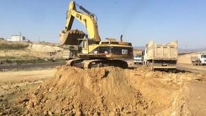 PT Amir Hajar Kilsi Cat 375 Excavator लोडिंग Trucks 335