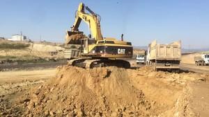 PT Amir Hajar Kilsi Cat 375 Excavator लोडिंग Trucks 336