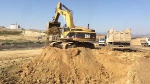 PT Amir Hajar Kilsi Cat 375 Excavator लोडिंग Trucks 338
