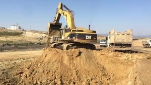 PT Amir Hajar Kilsi Cat 375 Excavator लोडिंग Trucks 339