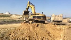 PT Amir Hajar Kilsi Cat 375 Excavator लोडिंग Trucks 340