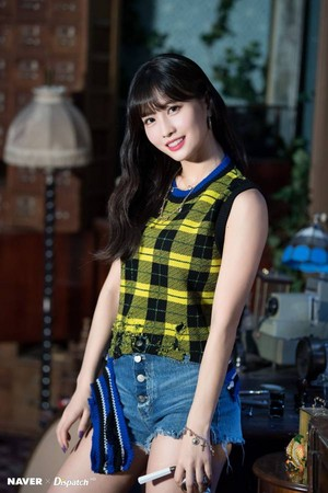 "Twice Momo ""YES یا YES"" MV Shooting سے طرف کی Naver x Dispatch"