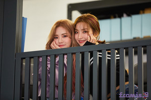 'From.9' جیکٹ behind - Jiwon and Saerom