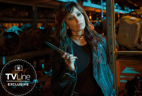 Riverdale (2017 TV series) Обои entitled Riverdale First Look: Gina Gershon Is Looking Sharp as Jughead's Mom
