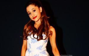 Ariana Grande kertas dinding