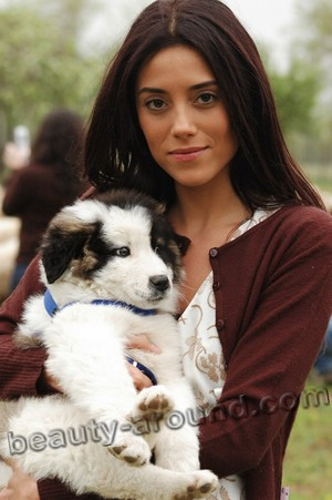 Cansu Dere with a small dog
