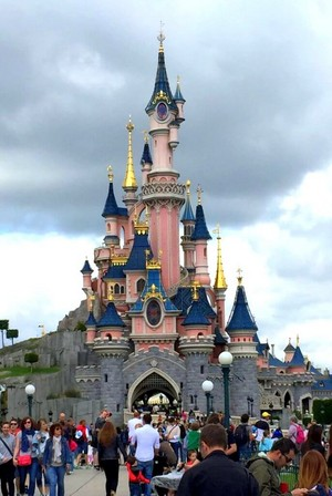 La महल, शताब्दी, chateau de la Belle au Bois Dormant [The गढ़, महल of the Sleeping Beauty] (Disneyland Paris)