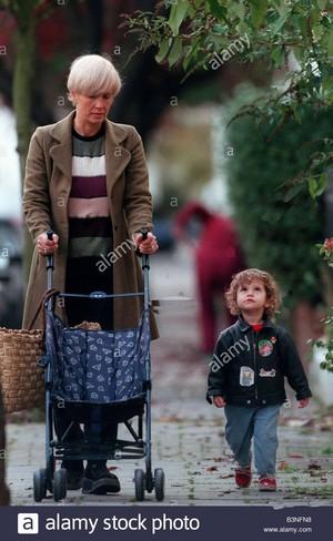paula yates presentador de tv de noviembre de 1998 caminando cerca de su casa en londres con su hija