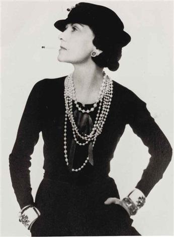 Lavendergolden Hintergrund titled Coco. Chanel