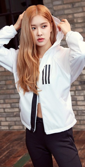 Rosé Looks Cool and Classy for Adidas W.N.D veste