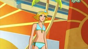 Clover in un bikini ciano