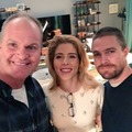 Stephen and Emily - BTS  - stephen-amell-and-emily-bett-rickards photo