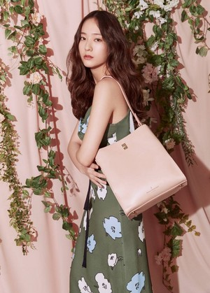 Krystal in 'Paul's Boutique' 2019 S/S Collection तस्वीरें