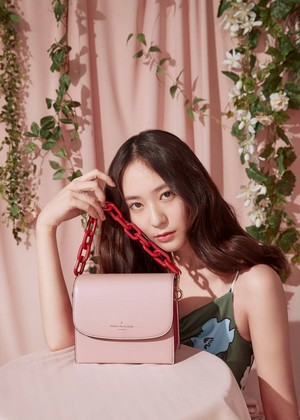 Krystal in 'Paul's Boutique' 2019 S/S Collection Bilder