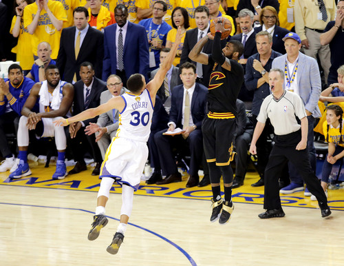 Cleveland Cavaliers achtergrond titled Kyrie Irving's Championship-winning three-pointer in Game 7 2016 NBA Finals