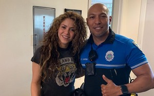 Shakira Visits Miami spiaggia PD