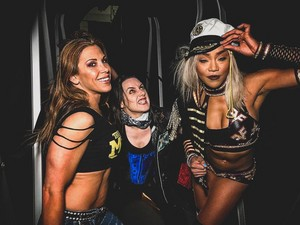 With Alicia cáo, fox And Nikki vượt qua, cross