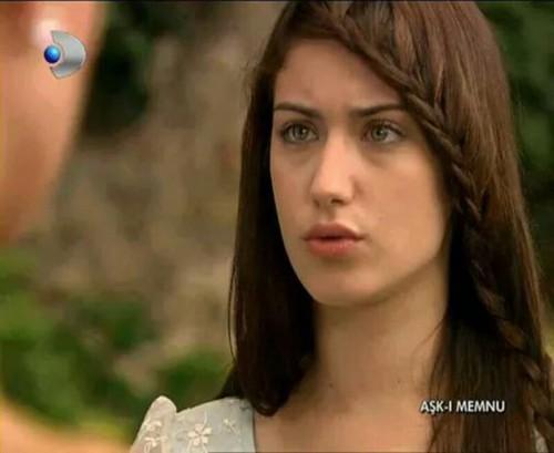 トルコの俳優・女優 壁紙 titled Hazal Kaya